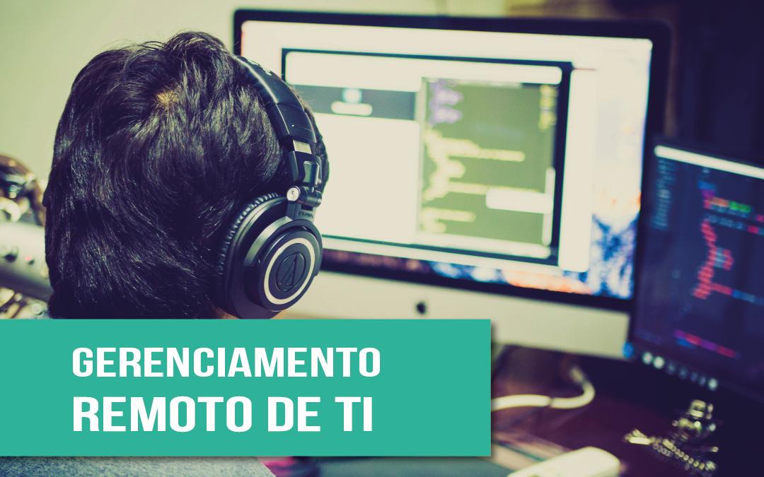 benefícios de optar por um gerenciamento remoto de Ti na sua empresa – foto de um funcionário trabalhando remotamente, com dois computadores à sua frente e fone de ouvido
